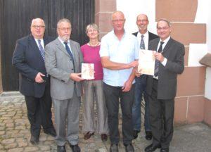 Gruppe mit Pfarrer Josef Rösch bei der Überreichung der Plakette Lebensraum Kirchturm vor der Liebfrauenkirche Gernsbach